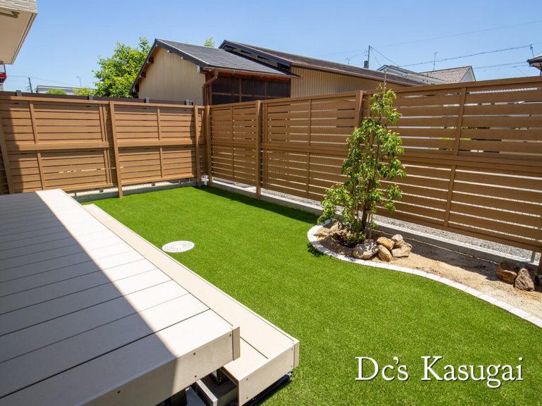 人工芝と花壇